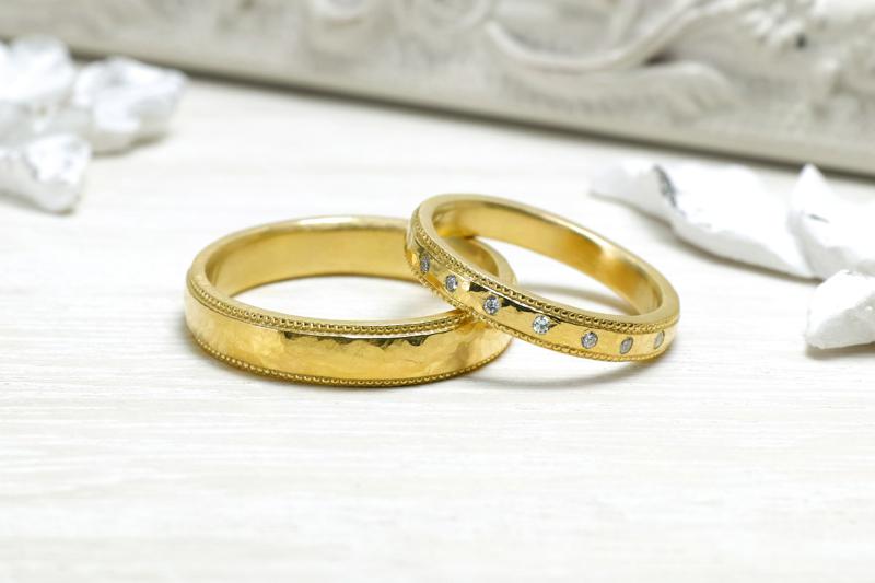 小さなハンマーで表面を叩き、鈍く光る味わい深いデザイン。ミル打ちと、あえてまばらに留めたダイヤモンドが個性的な、ファッション性の高い結婚指輪。
